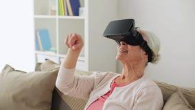 Alte Frau im Kopfhörer der virtuellen Realität oder in den Gläsern 3d stock video footage