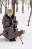 Alte Frau im Winter Lizenzfreie Stockfotos