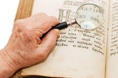 Alte Frau liest die Bibel Stockbilder