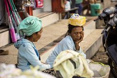 alte Frau am Markt Nusa Penida am 13. Juni Indonesien 2015 Lizenzfreies Stockfoto