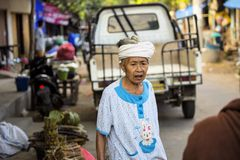 alte Frau am Markt Nusa Penida am 13. Juni Indonesien 2015 Stockfotografie