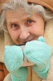 Alte Frau mit Becher heißem Tee Stockfoto