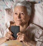 Alte Frau mit Bibel Lizenzfreie Stockfotos