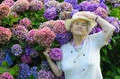 Alte Frau mit Blumen Lizenzfreies Stockfoto