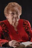 Alte Frau mit Buch Lizenzfreies Stockfoto
