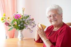 Alte Frau mit Cup Stockfoto