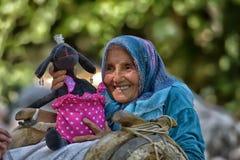 Alte Frau mit einem Esel und einem Spielzeug Stockfotos