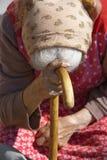 alte Frau mit einem Stock Stockfotografie