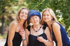 Alte Frau mit Enkelinnen Lizenzfreies Stockfoto
