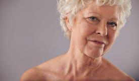 Alte Frau mit geknitterter Haut Stockfoto