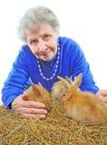 Alte Frau mit Häschen Stockfotografie