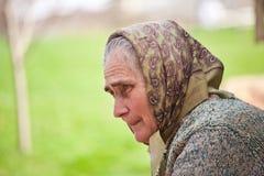 Alte Frau mit Halstuch Lizenzfreie Stockfotos