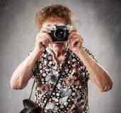 Alte Frau mit Kamera Lizenzfreie Stockfotografie