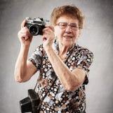 Alte Frau mit Kamera Lizenzfreie Stockbilder