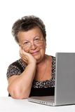 Alte Frau mit modernem Laptop Stockfotos