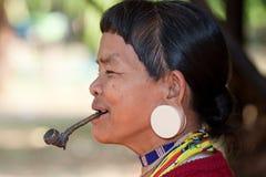 Alte Frau mit Rohr in Asien lizenzfreies stockbild