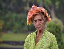 Alte Frau mit traditionellem Balinesestoff Lizenzfreies Stockfoto