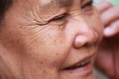 Alte Frau schließt irgendjemandes Augen Lizenzfreies Stockbild