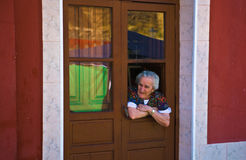 Alte Frau spioniert Almossasa-Besucher aus Lizenzfreie Stockfotos