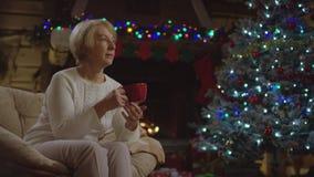 Alte Frau trinkt Kaffee auf Heiliger Nacht stock video