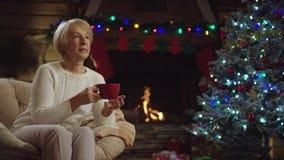 Alte Frau trinkt Tee auf Heiliger Nacht stock video footage