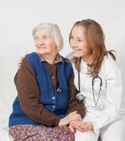 Alte Frau und der junge Doktor lizenzfreie stockfotografie
