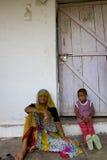 Alte Frau und ein Kind, das an ihr wartend, um einen Doktor I herein zu sehen stairing ist Stockbilder