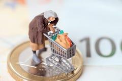 Alte Frau und Eurogeld Stockfotos