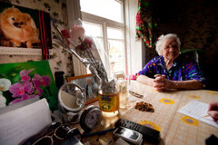 Alte Frau Veps - kleine Finno-Ugric Leute, die auf Gebiet von Leningrad-Region in Russland wohnen Stockbild