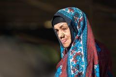 Alte Frau von Oman mit einem bunten hijab Stockfotografie
