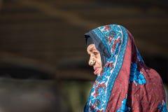 Alte Frau von Oman mit einem bunten hijab Stockfotos