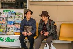 Alte Frauen, die auf Bus am Takayama-Busbahnhof warten Lizenzfreie Stockfotografie