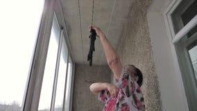 Alte Frauen-hängende Wäscherei auf Balkon im Freien oder Veranda für das Trocknen stock video footage
