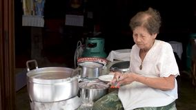 Alte Frauen, welche die thailändische süße Schlange traditionell kochen stock video footage