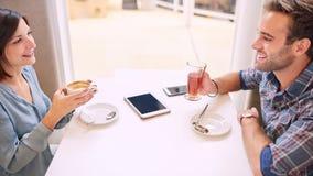 Alte Freunde, die ein gutes Gespräch im modernen Café haben Lizenzfreies Stockfoto