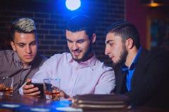 Alte Freunde getroffen an der Stange Lizenzfreie Stockfotos