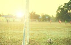Alte Fußball Weinlesephotographie mit Fußballziel mit Blendenfleckeffekt Stockfotografie