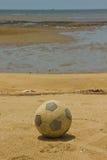 Alte Fußballkugel auf Strand Lizenzfreies Stockbild
