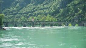 Alte Fußgängersteinbrücke über dem Fluss in Europa stock footage