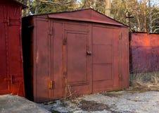 Alte Garage gemacht von den Blechtafeln und von den Profilen Lizenzfreie Stockfotos