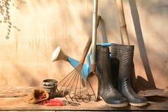 Alte Gartenarbeitwerkzeuge auf der alten Wand am Morgen Stockfotografie