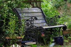 Alte Gartenbank stockfotos