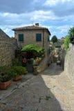 Alte Gasse in der alten Stadt von Volterra in Italien Lizenzfreies Stockbild