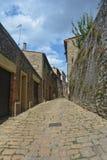 Alte Gasse in der alten Stadt von Volterra in Italien Lizenzfreie Stockbilder