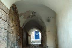 Alte Gasse, die zu eine Kirche führt Stockfoto
