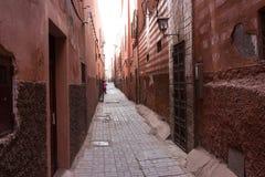 Alte Gasse in historischem Medina in Marrakesch, Marokko lizenzfreies stockbild