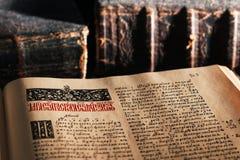 Alte geöffnete Bibel Stockfotografie