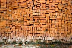 Alte gealterte Backsteinmauer mit verwitterter Beschaffenheit Lizenzfreie Stockfotos