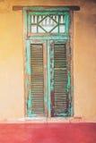 Alte gealterte Haustür und -fenster der Weinleseart Stockfotografie