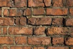 Alte gealterte Wand des roten Backsteins Stockfoto